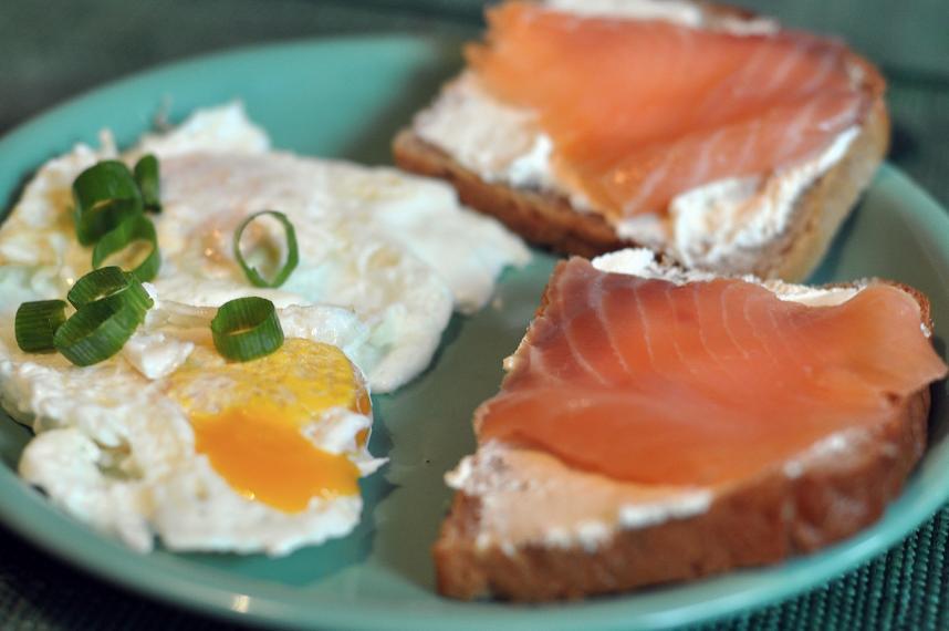 kanapki z łososiem i jajkiem sadzonym