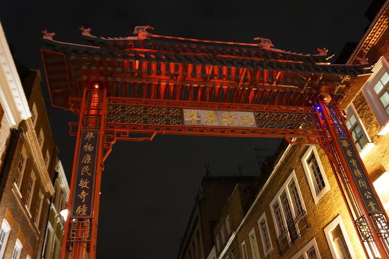 brama chinatown nocą