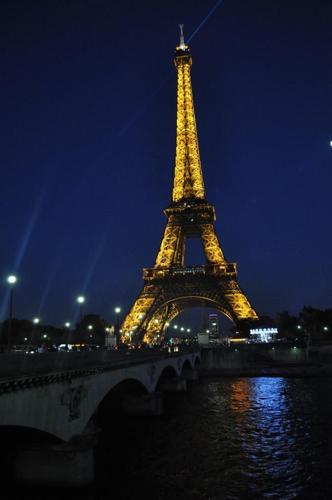 paryż-wieża-eiffla-nocą