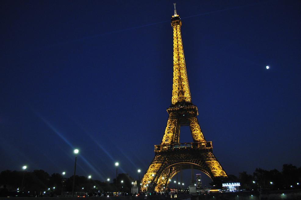 wieża-eiffla-nocą