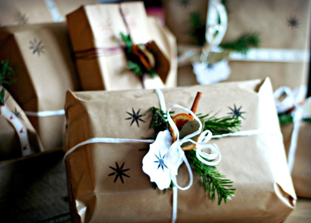 brązowy papier pakowanie na prezent
