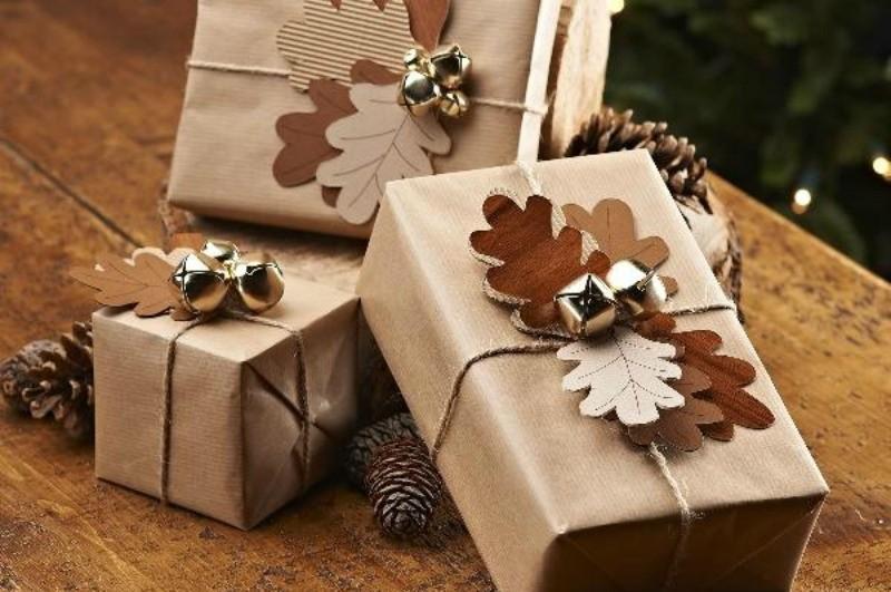 pakowanie prezentów w brązowy papier