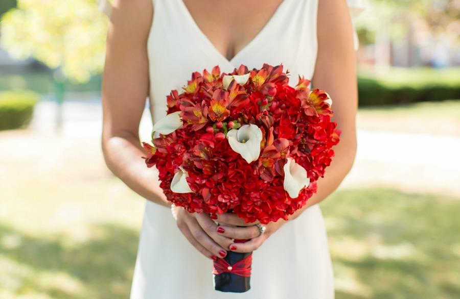 bukiet ślubny biel i czerwień