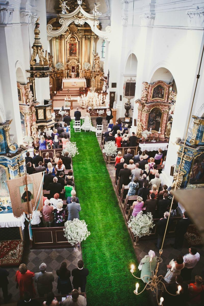 dywan z trawy w kościele