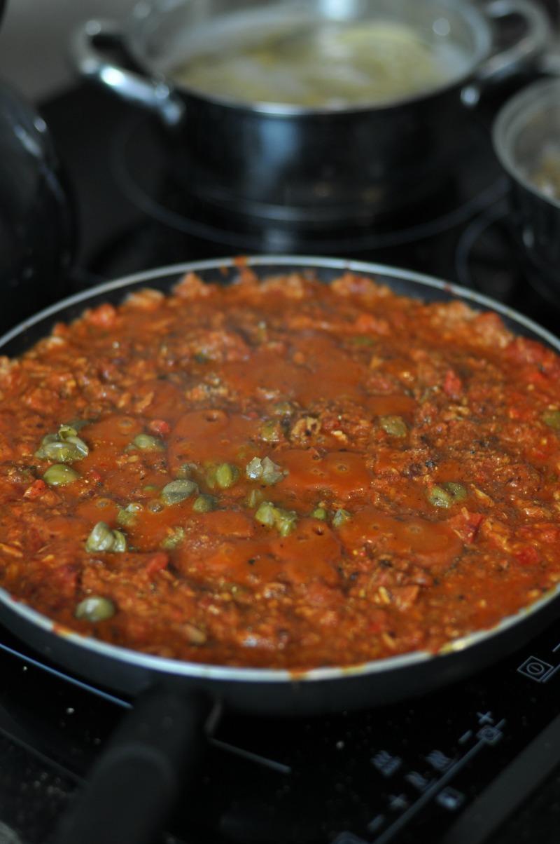pasta tuńczykowo pomidorowa z kaparami