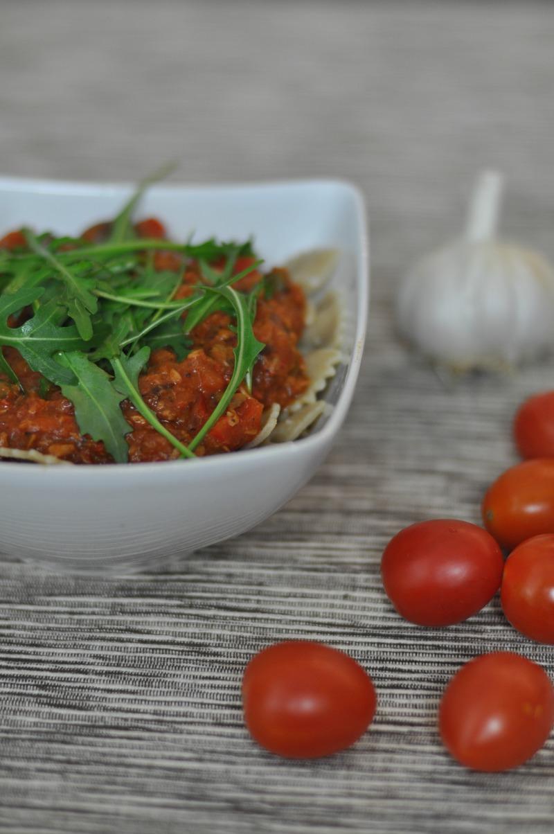 zdrowy obiad makaron z pomidorami i tuńczykiem
