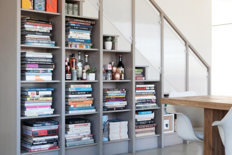 półka na książki pod schodami