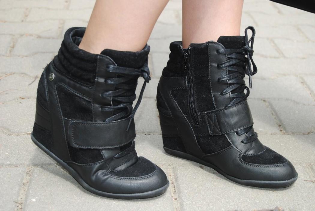 sneakersy-na-koturnie1-1050x703