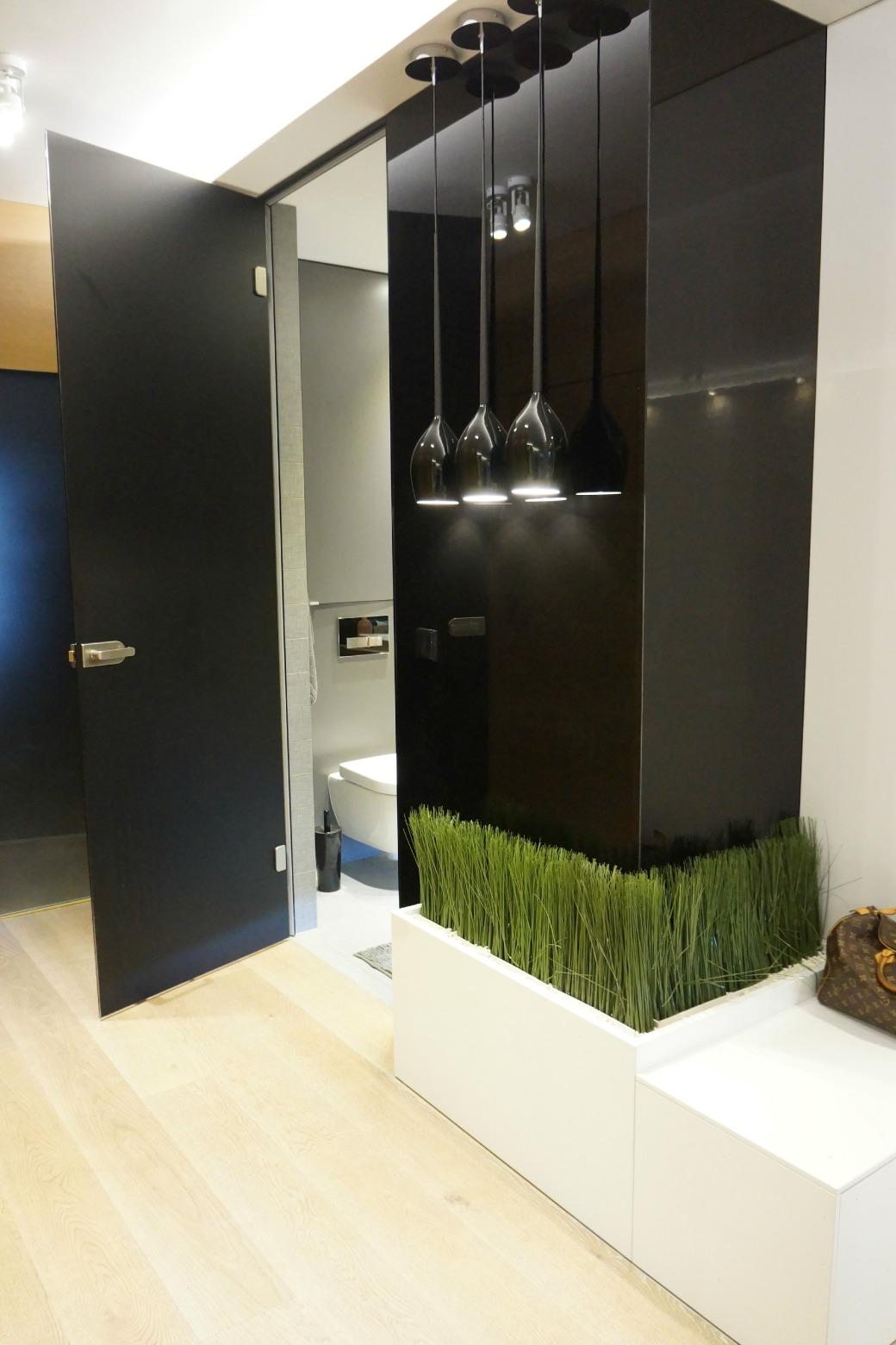 Łazienka skryta za czarnym lacobelem