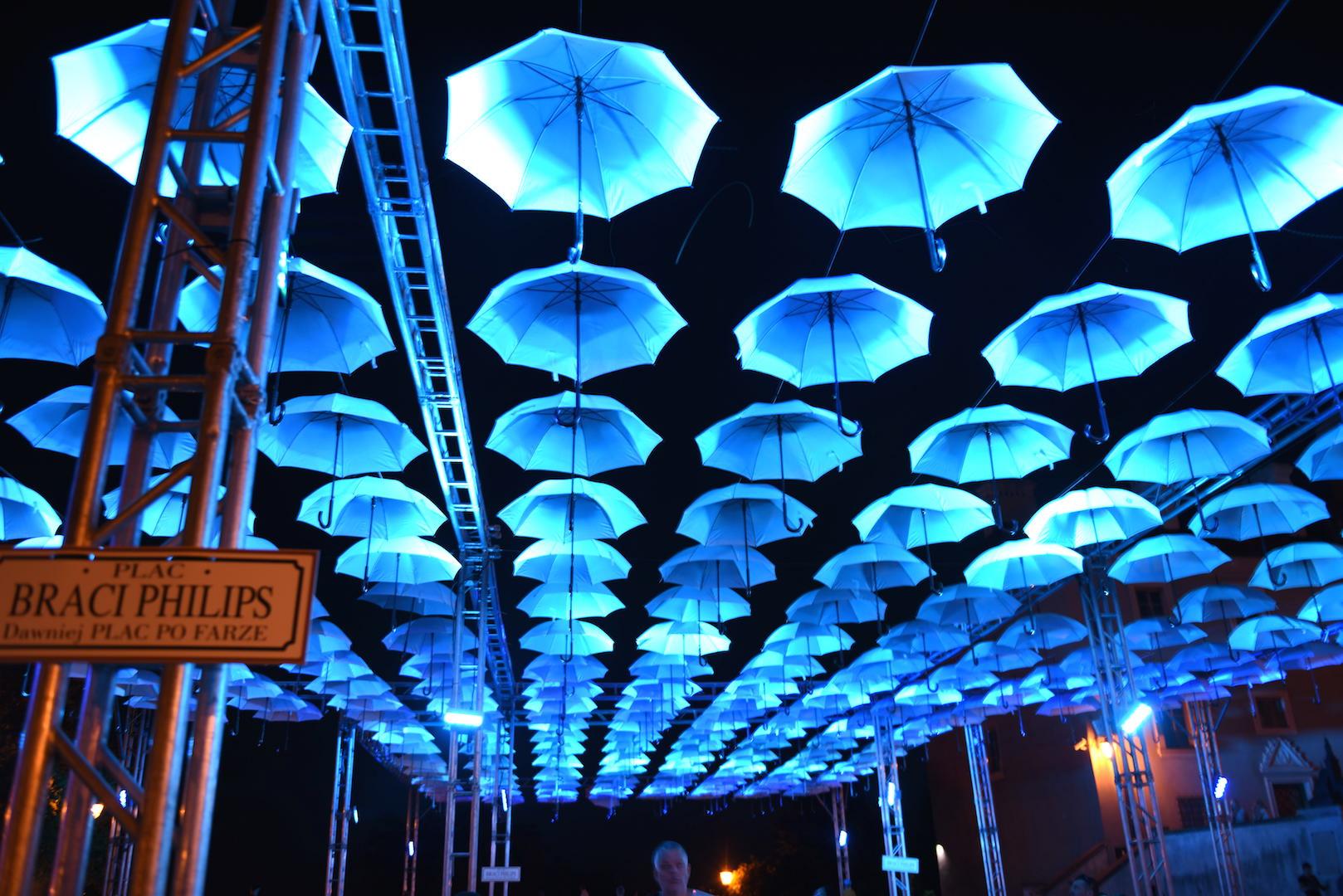 parasolki nocą