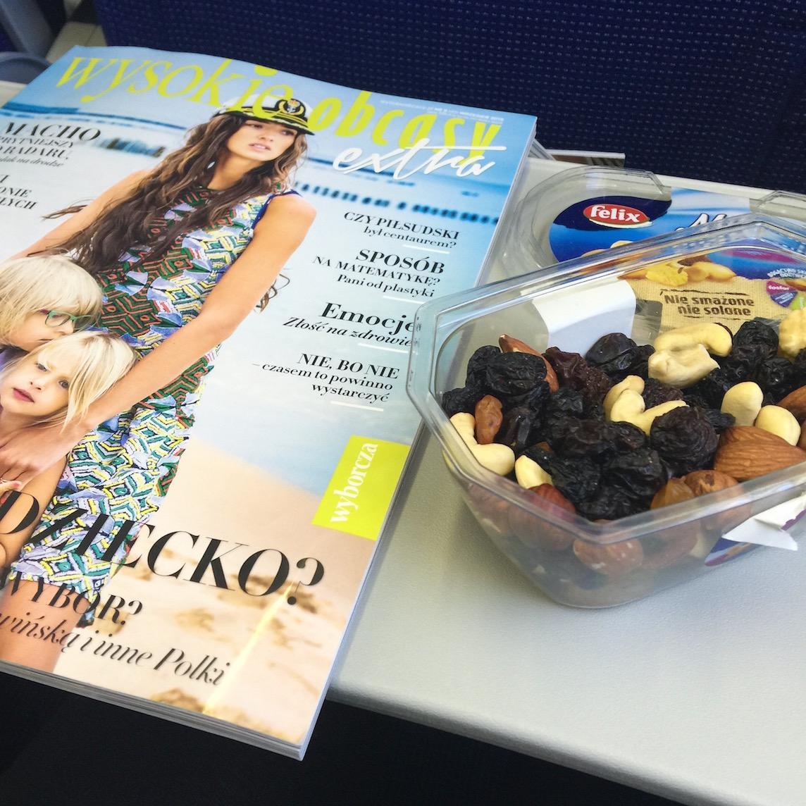 W podróży koniecznie cośdo czytania + zdrowa przekąska