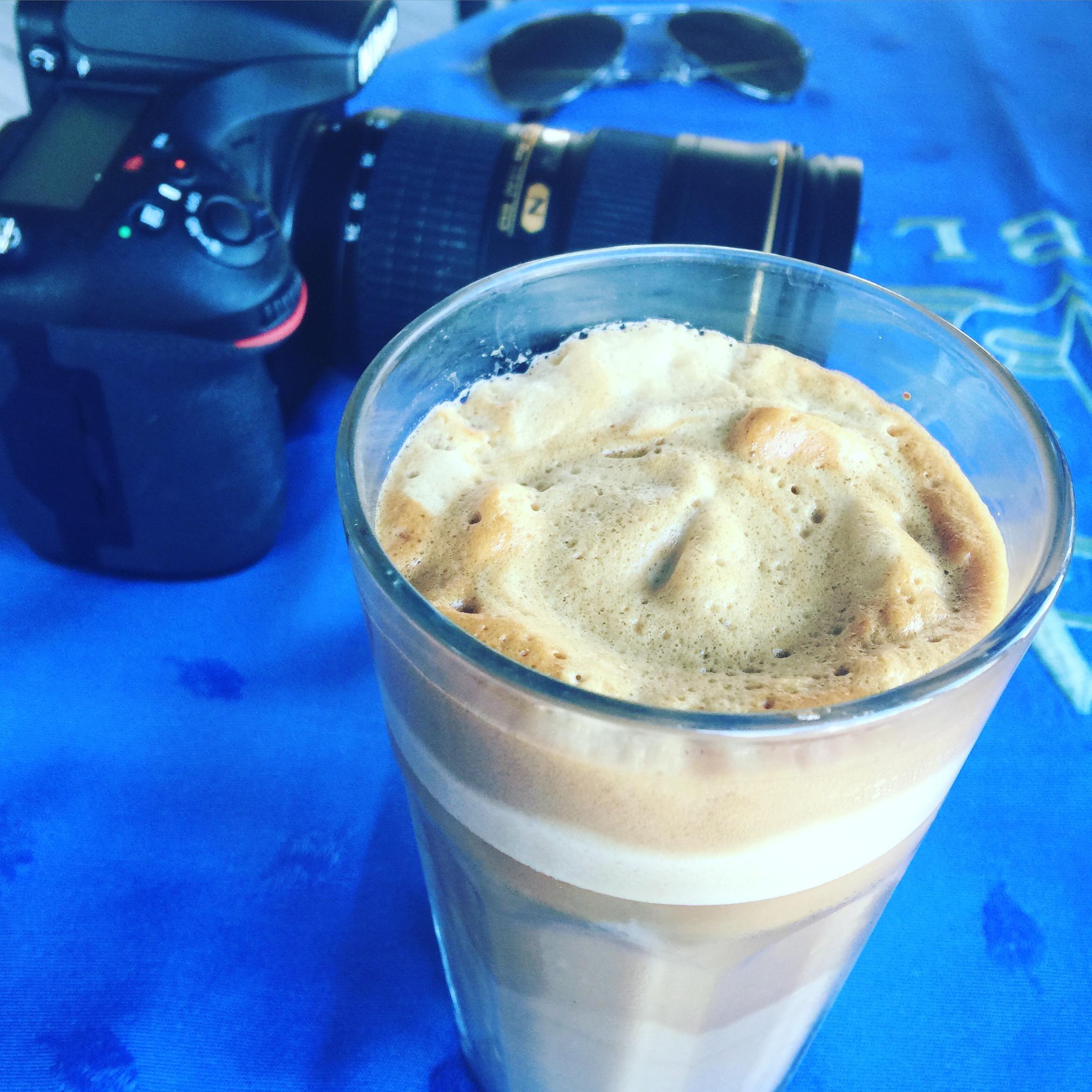 Ewentualnie frappe. Czyli mocna kawa z mlekiem i ogromną ilością kostek lodu.