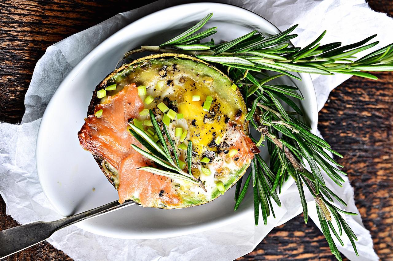 jajko pieczone w awokado z łososiem 1