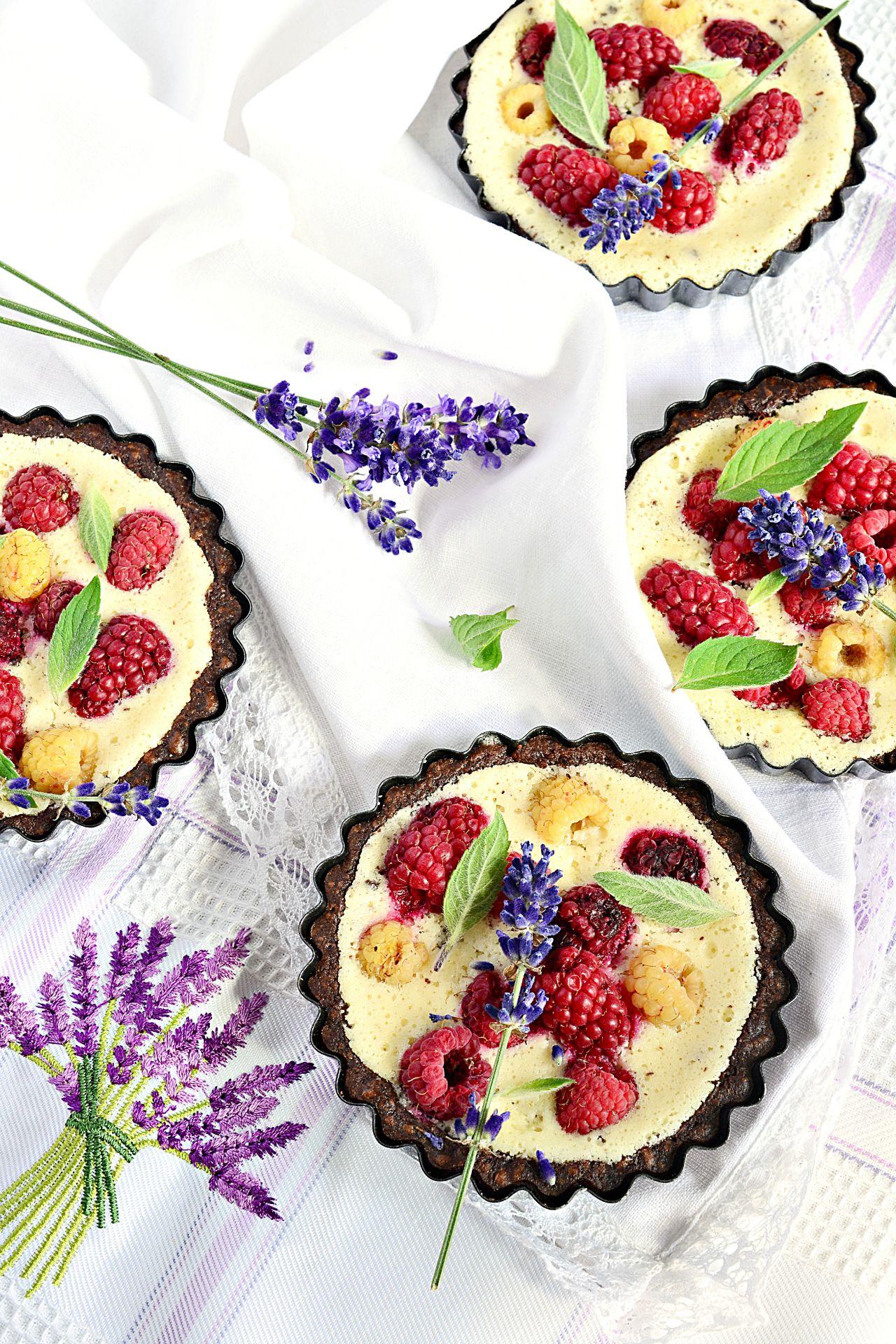 tarteletka z pieczonym jogurtem i owocami