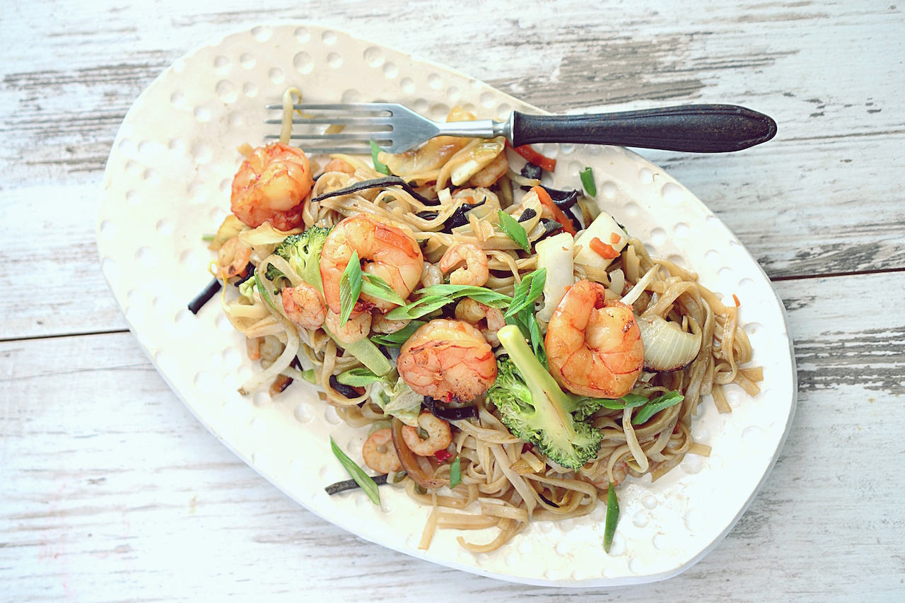 makaron ryzowy z krewetkami i warzywami