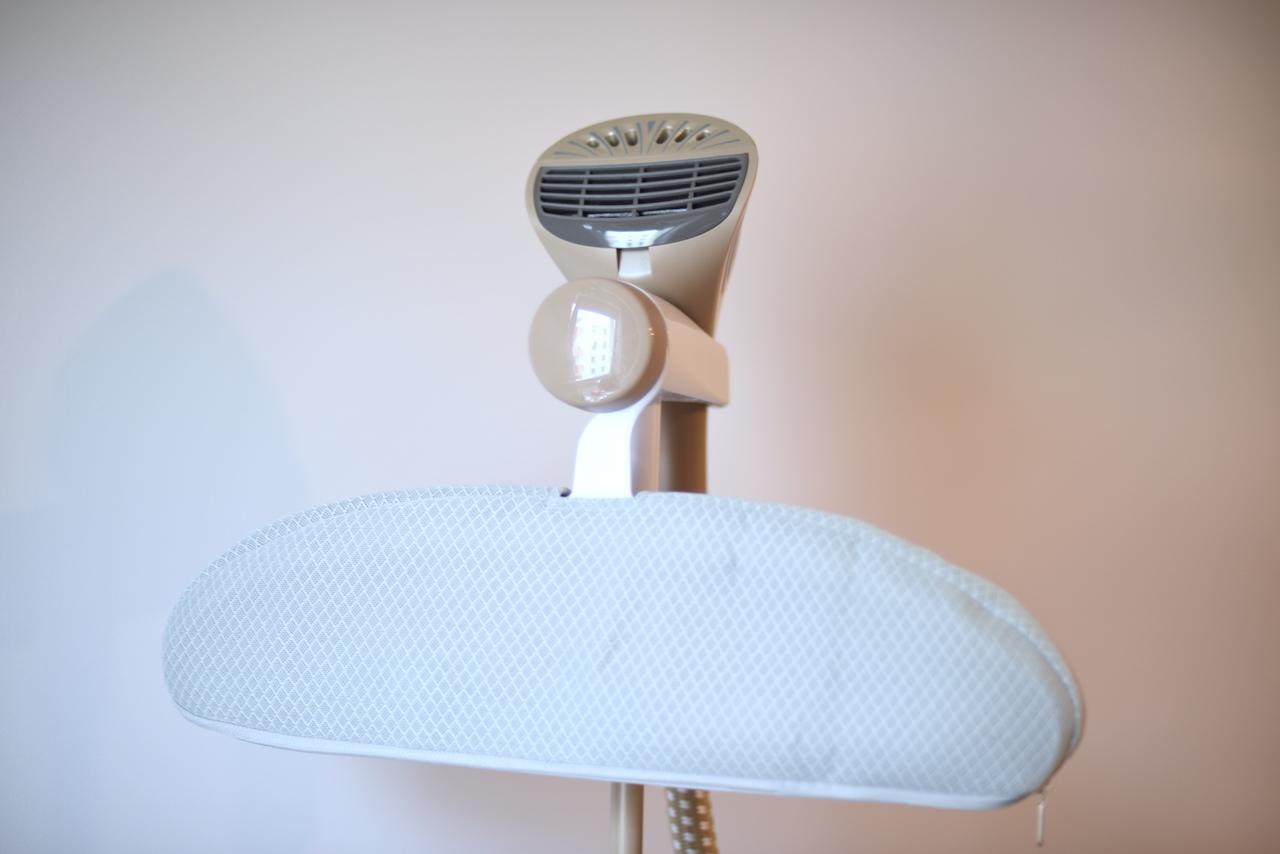 Do wieszaka dołączony jest specjalny pokrowiec z dkaniny 3D ułatwiający prasowanie w obszarze ramion.