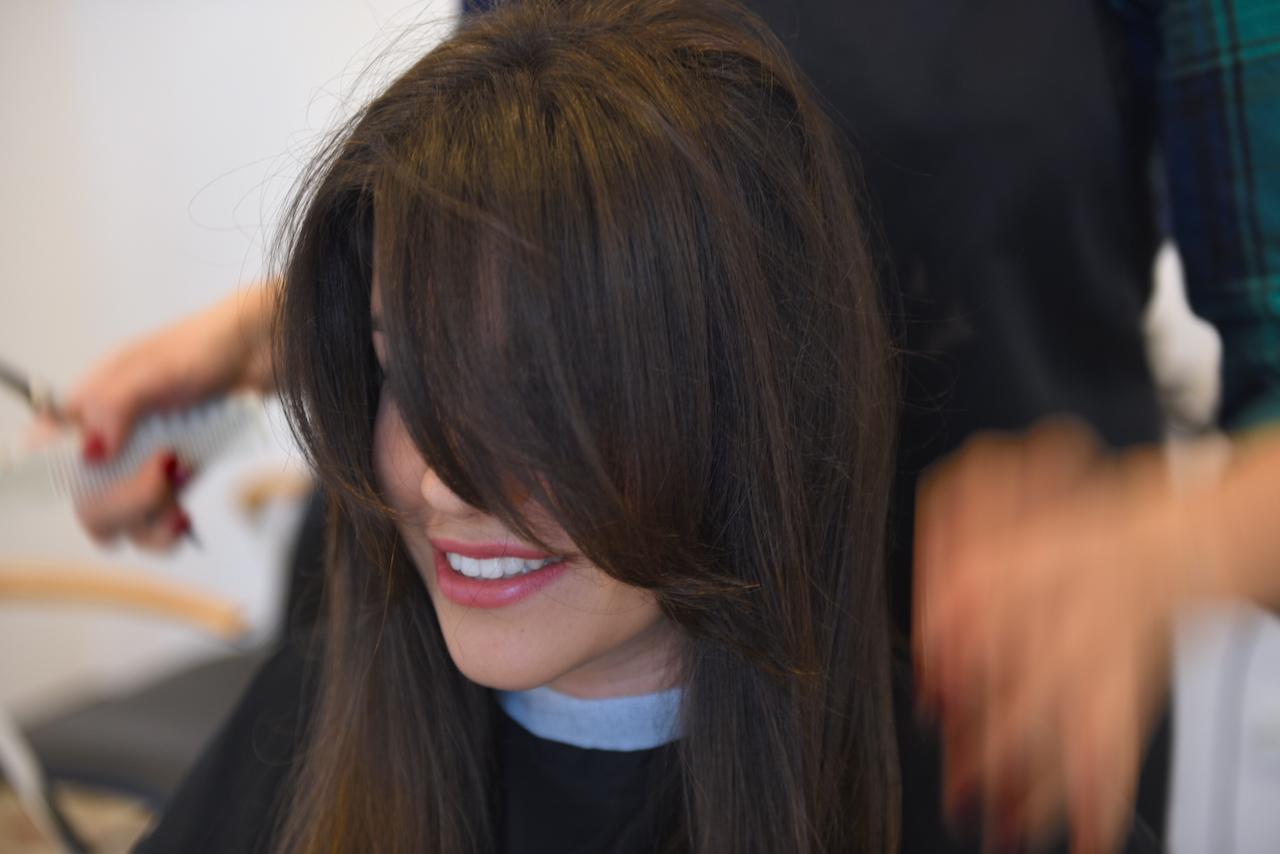 grzywka na wymodelowanych włosach