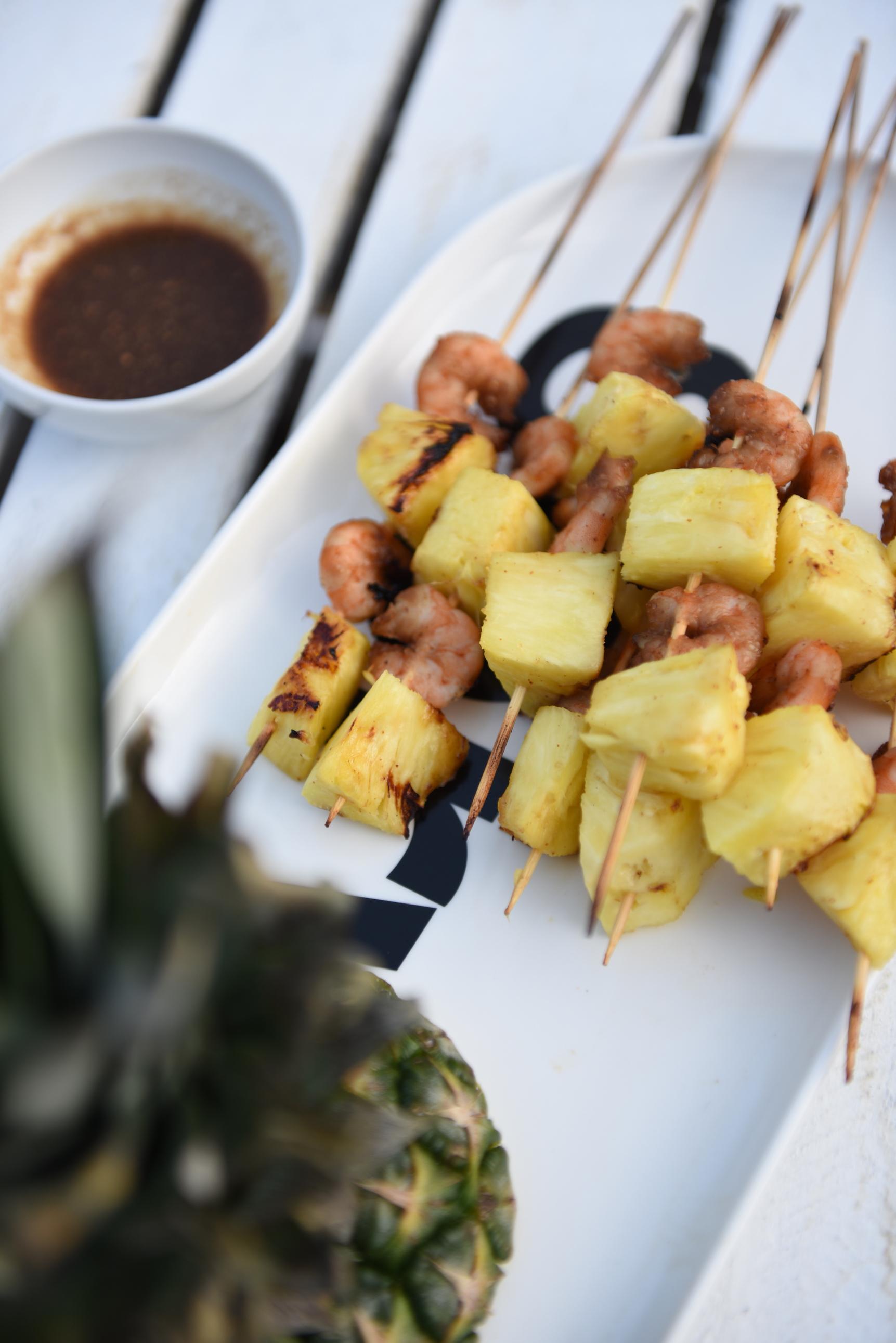 szaszłyki z ananasem i krewetkami