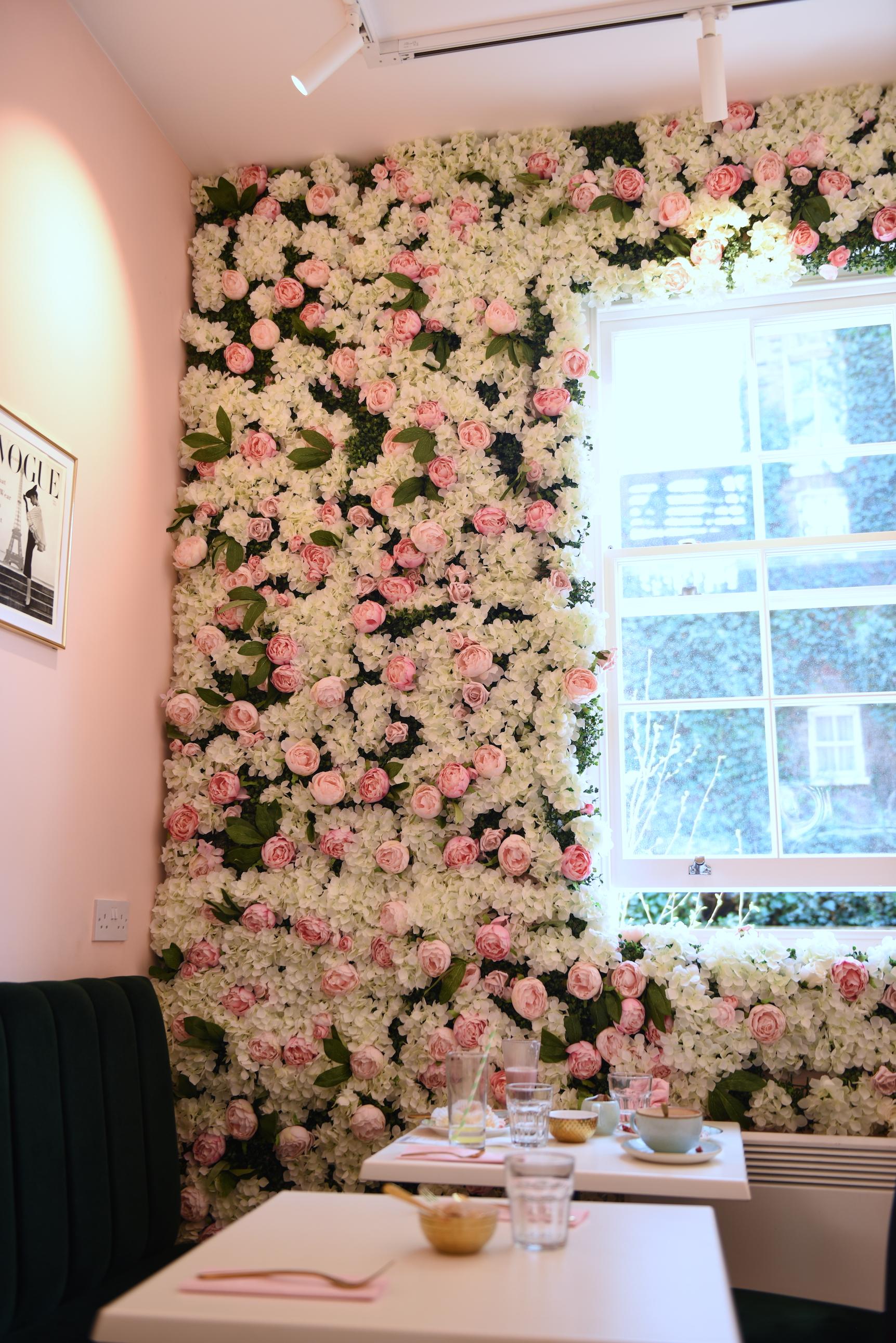 Wnętrze kawiarni i ściana z kwiatów